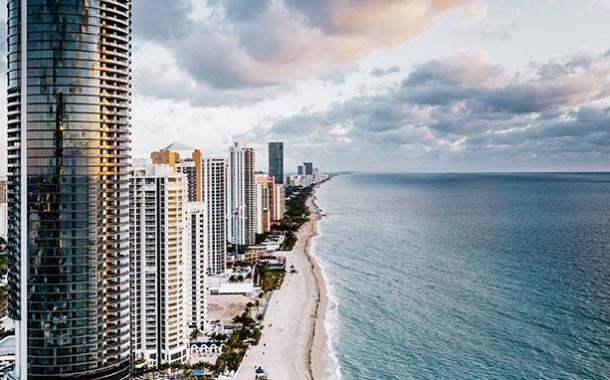 Porsche Design Tower, em Miami: carro na sala