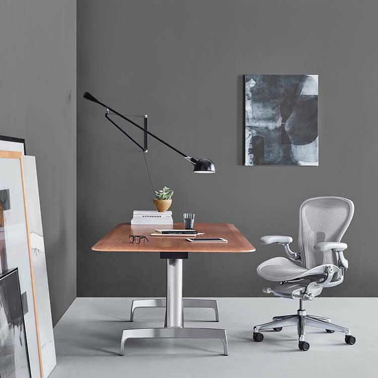Cadeira Aeron - Design por Bill Stumpf e Don Chadwick para Herman Miller - Revenda Novo Ambiente