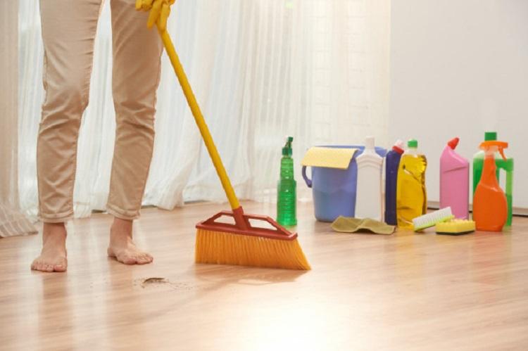 Vassoura não é tudo igual: dicas para não errar na limpeza
